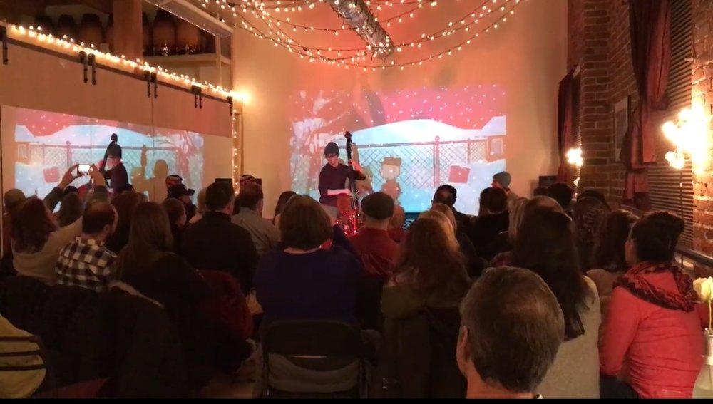 """Serie de conciertos de SEF/Studio FOLI  La serie de conciertos de Studio FOLI comenzó el invierno pasado en el estudio de danzas de Greg Coles en el centro de Salem, una gran sala con capacidad para más de sesenta personas sentadas. La serie presenta a artistas locales y las ganancias son a beneficio de Salem Education Foundation. La paséde maravilla tocando """"A Charlie Brown Christmas""""de Vince Guaraldi este último diciembre con un trío de jazz. Las entradas para el espectáculo se agotar on y recaudamos casi dos mil dólares para las Escuelas Públicas de Salem,de donde soy un orgulloso graduado.  Estoy entusiasmado por tocar con otro grupo mío para el segundo concierto de la serie en septiembre. Pumpkin Bread es una banda de cinco integran tes que mezcla influencias de canciones folclóricas tradicionales y melodías de violines con características modernas y arreglos complejos.Además del concierto,habráproductos de pastelería y bebidas para adultos de cervecerías locales. Las ganancias del espectáculo serán a beneficio de Salem Education Foundation.  -Aidan Scrimgeour"""