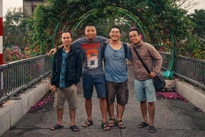 Trên hình từ trái sang, anh Nguyễn Minh Tân, Trần Mạnh Hùng, Ngô Kỳ Quang, Lam Cẩm Đường. Nhóm của anh hiện có 15 người, chuyên sản xuất tai nghe thủ công. Ảnh: NVCC
