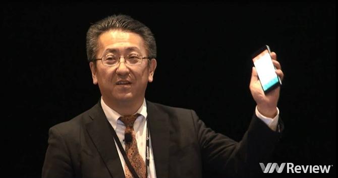 Ông Hideki Ogura, Tổng giám đốc phụ trách phát triển nền tảng của Toshiba giới thiệu về Bphone trên sân khấu Hội nghị thượng đỉnh toàn cầu về viễn thông di động tại Hong Kong