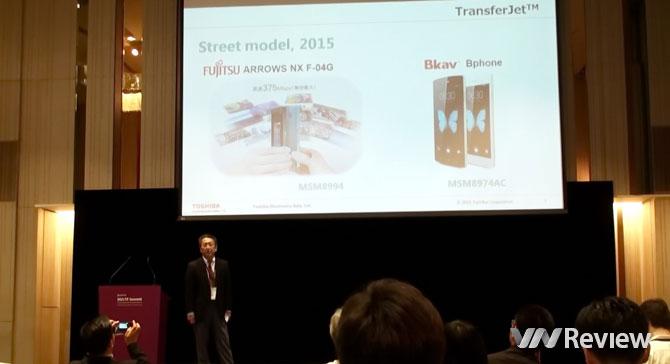 Ông Hideki Ogura trình bày về công nghệ TransferJet hiện đang có mặt trên Bkav Bphone và Fujitsu Arrows NX F-04G