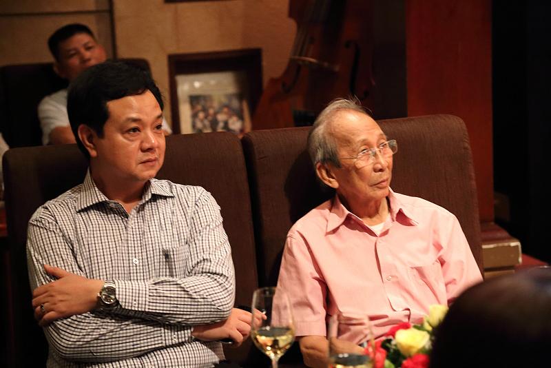 Giám Đốc Gia Định Audio ông Lê Văn Linh và nhạc sĩ Nguyễn Ánh 9