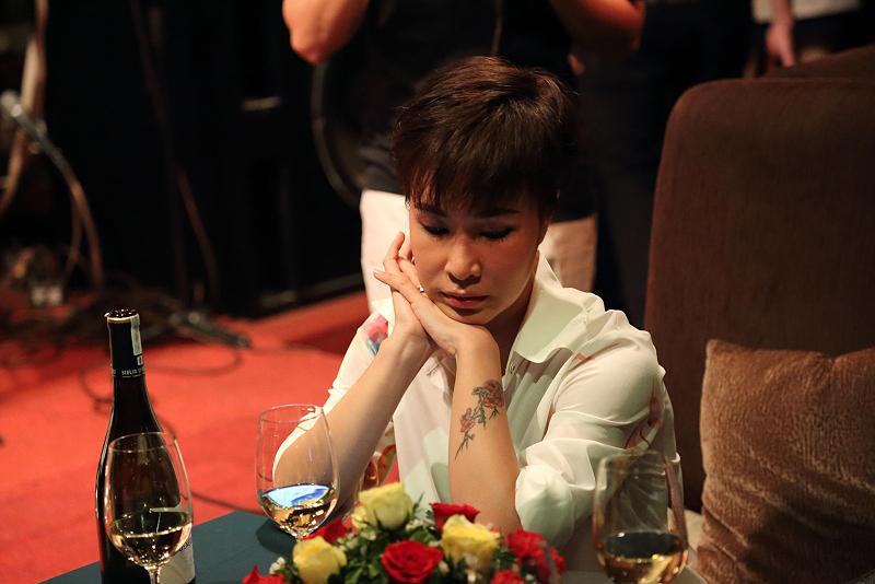 Ca sĩ Uyên Linh với 3 bài đóng góp vào LP này