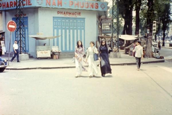 Những quý cô Sài Gòn thướt tha, duyên dáng trong tà áo dài, sải bước xuống các con phố.