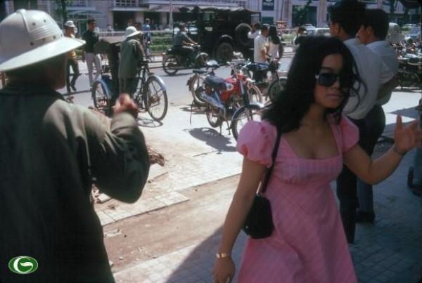 Không phải chờ đến bây giờ phụ nữ mới ăn vận sexy. Đường phố Sài Gòn nửa thế kỷ trước đã được tô điểm bởi những bóng hồng như thế này.
