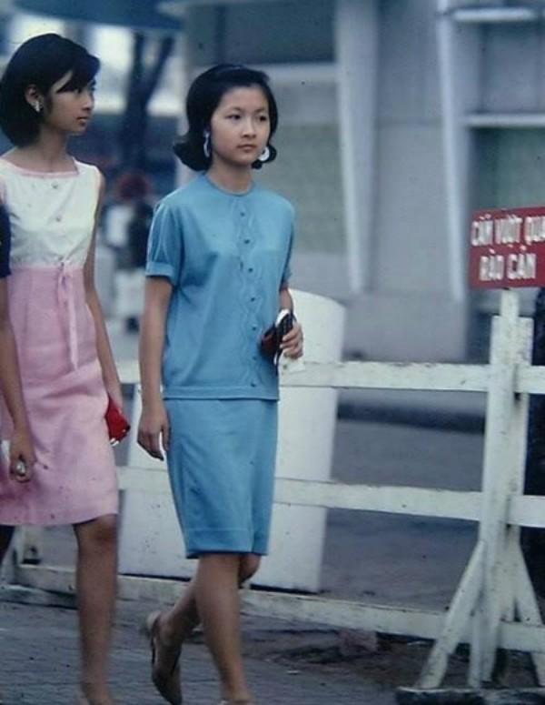 Những chiếc váy dáng suông, dài đến gối rất được yêu thích trong thời điểm này.