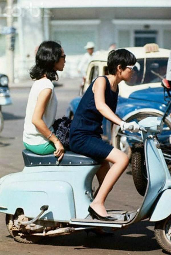 Những năm 70, quý cô được xem là sành điệu bậc nhất luôn gắn liền với hình ảnh chiếc Vespa cổ, trong bộ váy đầm ngắn thời thượng.