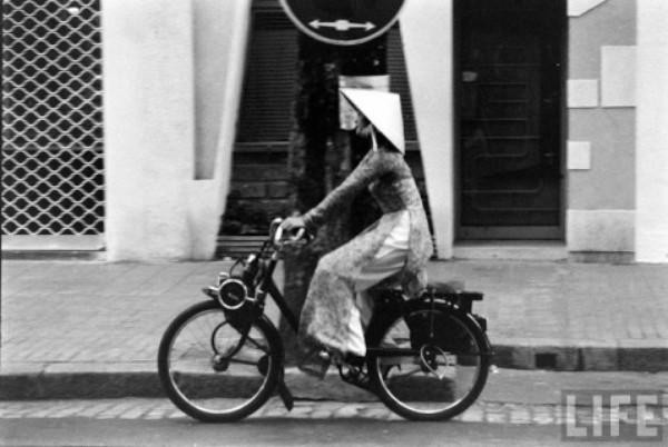 Dáng ngồi thẳng lưng, hai cánh tay duỗi dài đến tận guidon và phía sau là vạt áo dài tung bay theo gió trên chiếc Solex, các cô gái Sài Gòn hút mọi ánh nhìn.