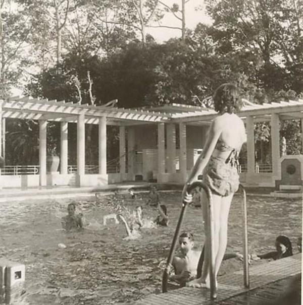 Phụ nữ đi bể bơi ăn mặc rất gợi cảm không kém gì những hot girl bây giờ