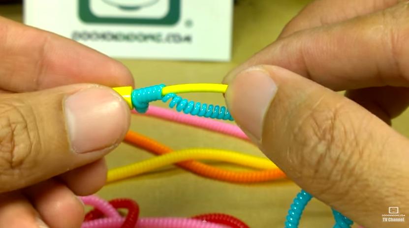 Dùng tay ấn nhẹ cho các vòng dây quấn lò xo xếp xít nhau để không còn lộ khoảng cách