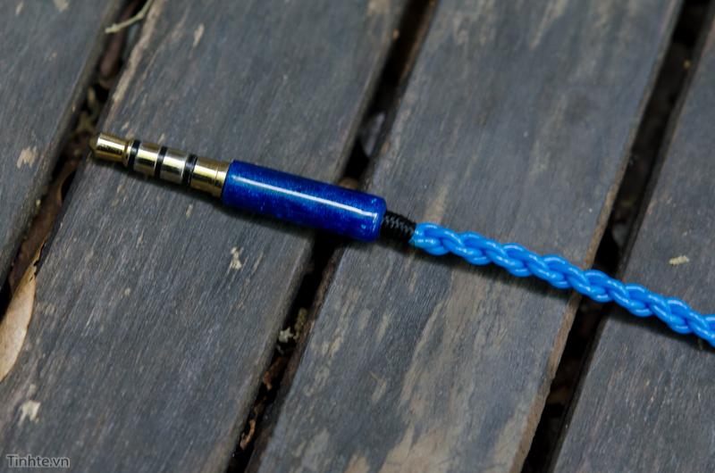 Phần chống gãy dây được quấn bằng dây khá tinh xảo, tỉ mỉ, mộc mạc và cho cảm giác chắc chắn