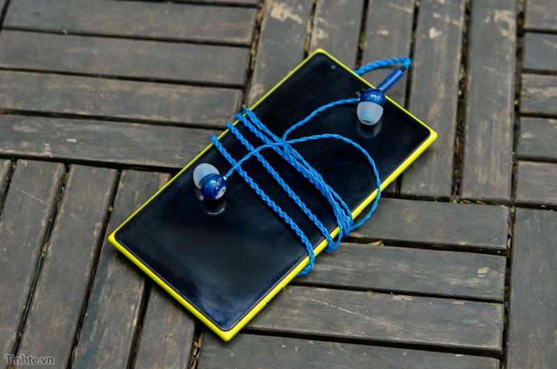 Jack cắm dạng thẳng và chuôi cắm tiết diện nhỏ, thuận lợi cho bạn nào xài với điện thoại hoặc tablet có vỏ bảo vệ dày.
