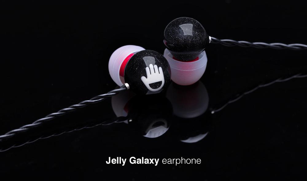 Nó tích hợp microphone, không có phím tăng giảm âm lượng.