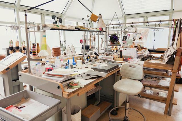 hà máy chỉ đơn giản là những công cụ cơ bản để các thợ thủ công sản xuất túi hoàn toàn bằng tay