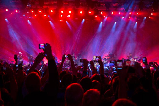 Những cánh tay với màn hình LED be bé đã phá vỡ không chỉ cảnh quan mà còn cảm xúc thưởng thức trong các buổi trình diễn nhạc sống - Ảnh minh họa: Flickr/Luis Muño