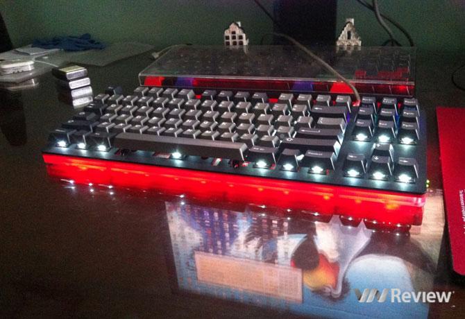 """Một chiếc phím cơ """"VNMK"""" do người yêu phím cơ trong nước lắp ráp. Đèn LED gầm có 7 chế độ, LED backlight 11 chế độ, cho phép đặt phím vào vị trí mong muốn. Ảnh do anh Phạm Minh Hoàng, người trực tiếp lắp ráp cung cấp cho VnReview."""