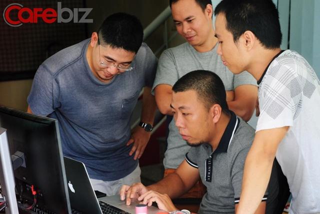 nh Trần Mạnh Hùng bên cạnh các đồng nghiệp trong nhóm Joiha - Ảnh: Đình Kiên