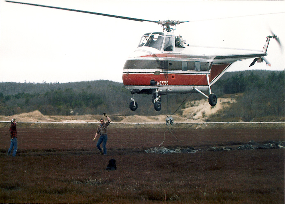 1986 | Flying off the mud | Helicopters flew the muddy mats to the uplands.