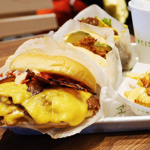 Advice? Get here early and bring your appetite - @shakeshack is finally in San Antonio and the #burgerdiet has officially started 🍔🍟🌭