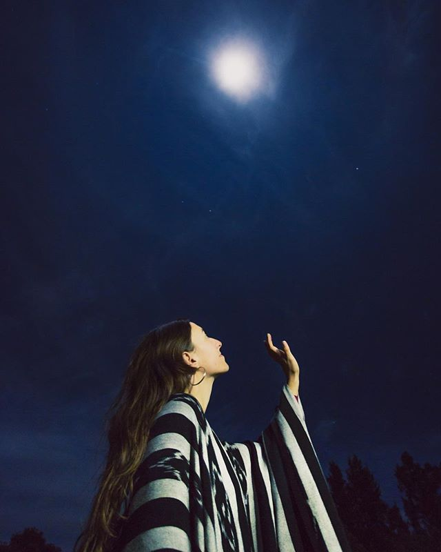 Miss mooncatcher 🌖 • • • • @aylanereo #postthepeople #pursuitofportraits #makeportraits  #portraitperfection #portraitoftheday #pursuitofportraits #quietthechaos #postthepeople #portrait_perfection #fullmoon #longexposure #nightportrait #aylanereo