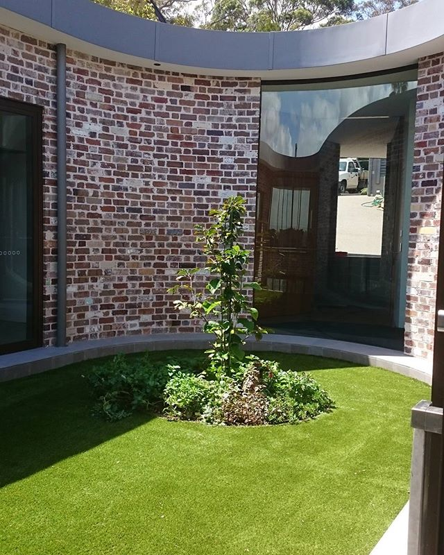 Royal Grass Silk 35 synthetic grass gave this courtyard a natural look and is soft to walk on.