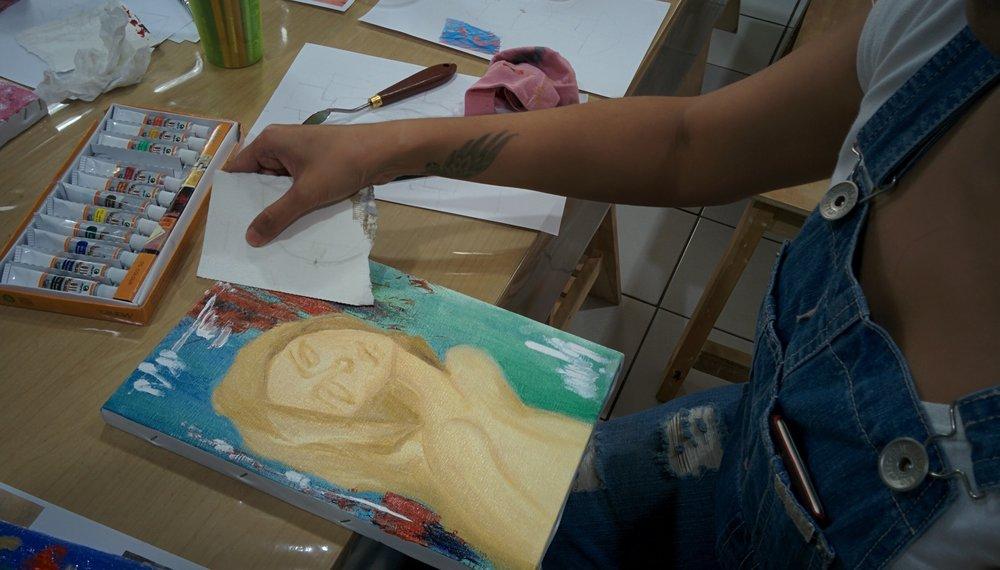 Menggunakan kertas untuk melukis cat minyak. Gambar ini pasti gara-gara fotografernya mau curi-curi gambar belahan dada.