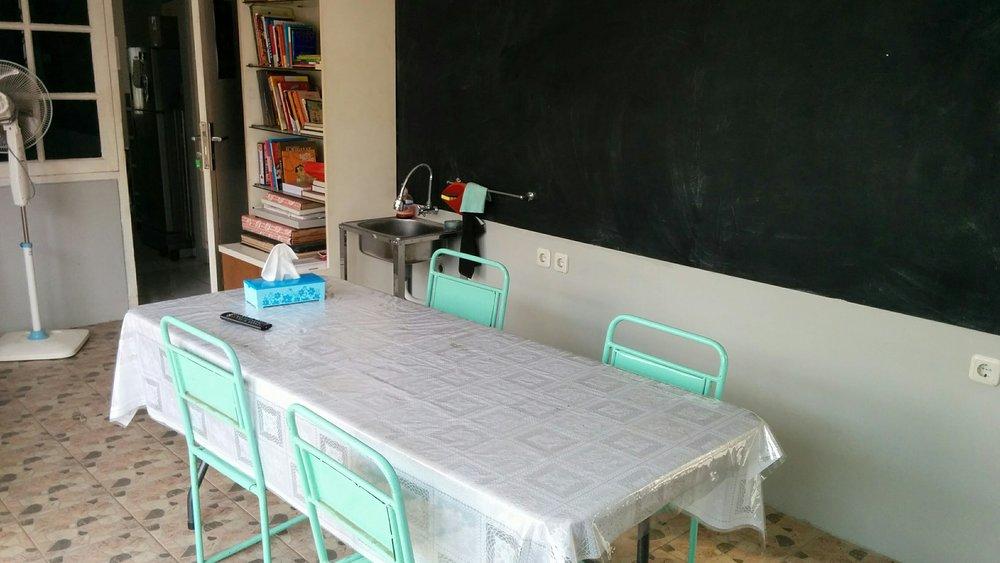 """Fasilitas Studio Cerita meliputi : Ruang ber-AC, sarana perpustakaan, 1 sink serta Papan Tulis & TV 49"""" (untuk presentasi)"""
