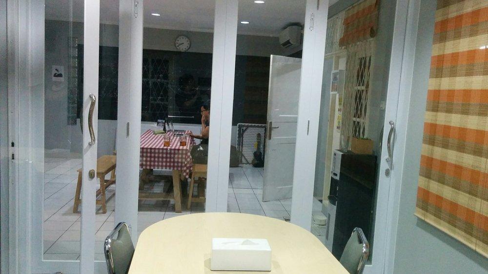 Fasilitas Studio Angka meliputi : Ruang ber-AC, Meja & Bangku.