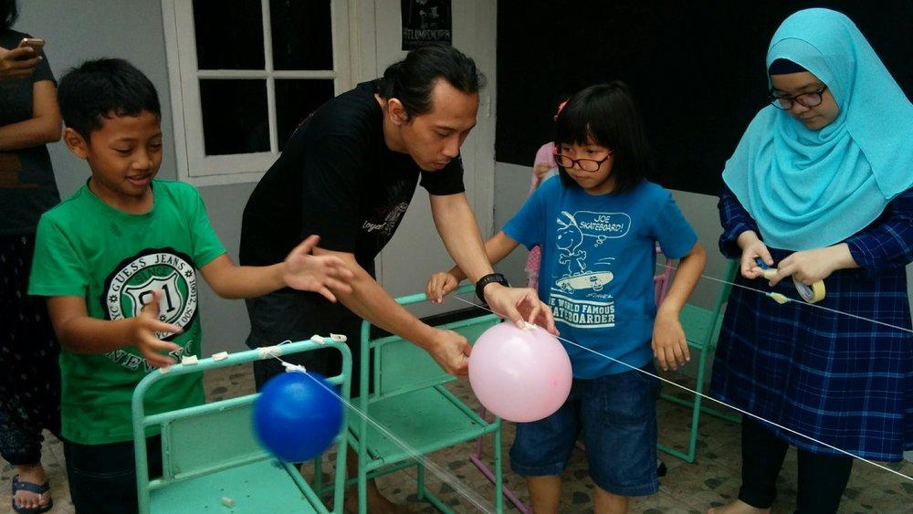 Asik mempelajari tenaga angin pakai balon.