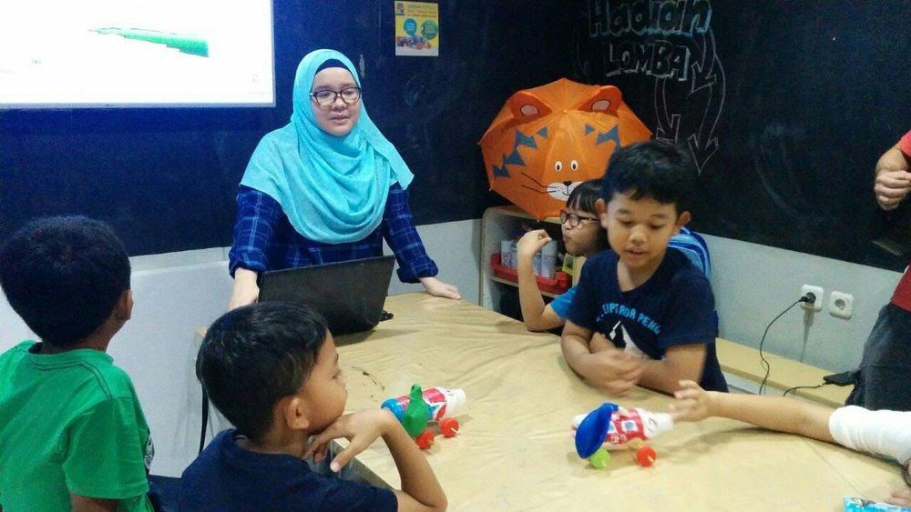 "Bu Yunni sebagai ""kepala sekolah"" Rumah Main STREAM punya jam terbang tinggi di dunia edukasi anak."