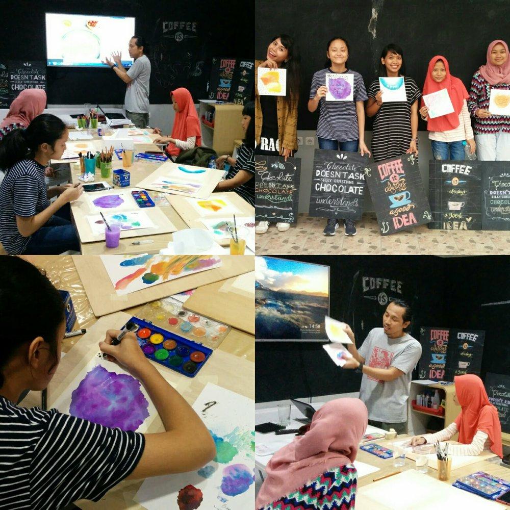 Ejjam Rttp sedang mengajar kelas Hand Lettering.