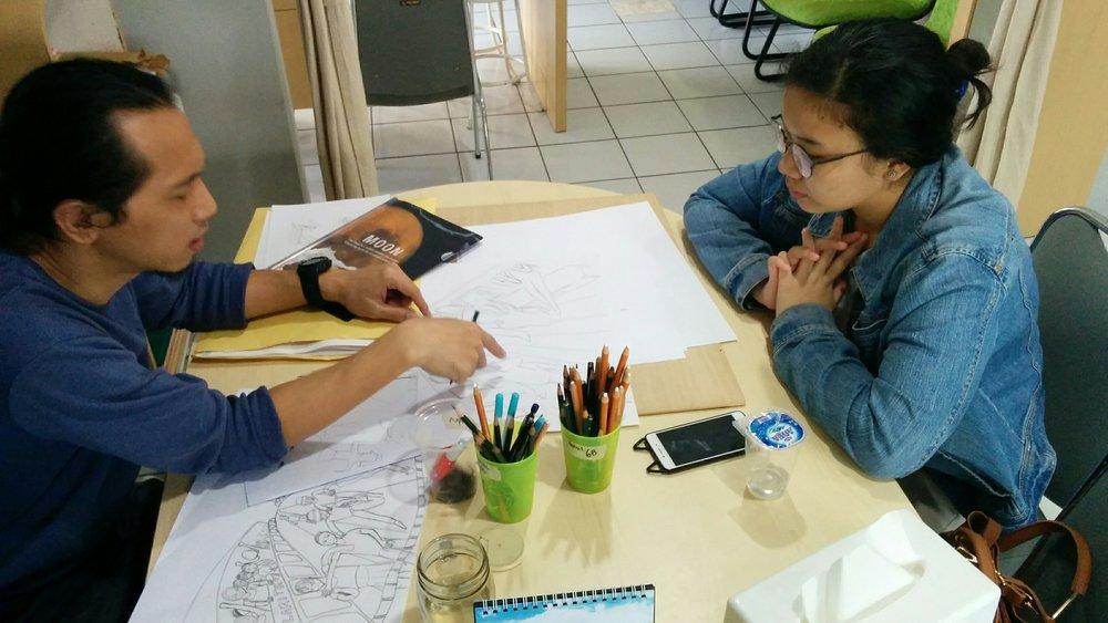 Ejjam Rttp sedang mengajar kelas privat bimbingan masuk FSRD-ITB.