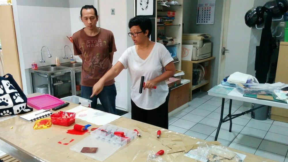 Ejjam Rttp sedang menyiapkan kelas Lino Cut di Serbarupa.