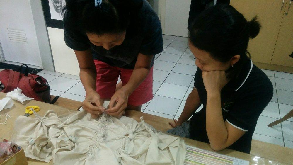 Shibori adalah teknik merintang kain dengan jepit, jahit dll. Bisa dilihat disini Sarah Monika sedang mengajarkan teknik rintang jahit Shibori Ori Nui kepada peserta Workshop.