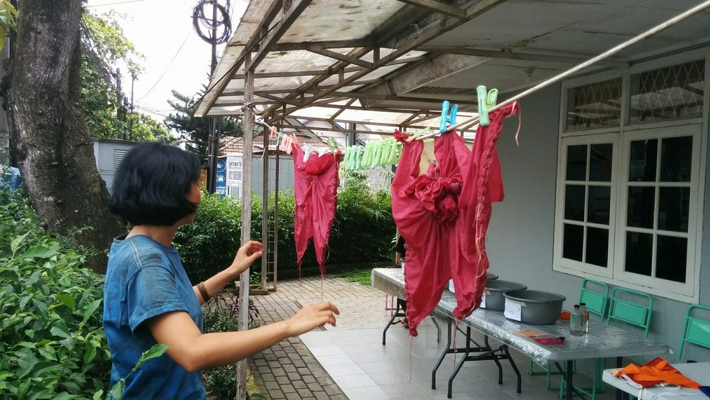 Setelah dirintang dengan menggunakan teknik Shibori jepit/jahit kemudian di celup di larutan Zat Pewarna Alami (ZPA/Natural Dye)