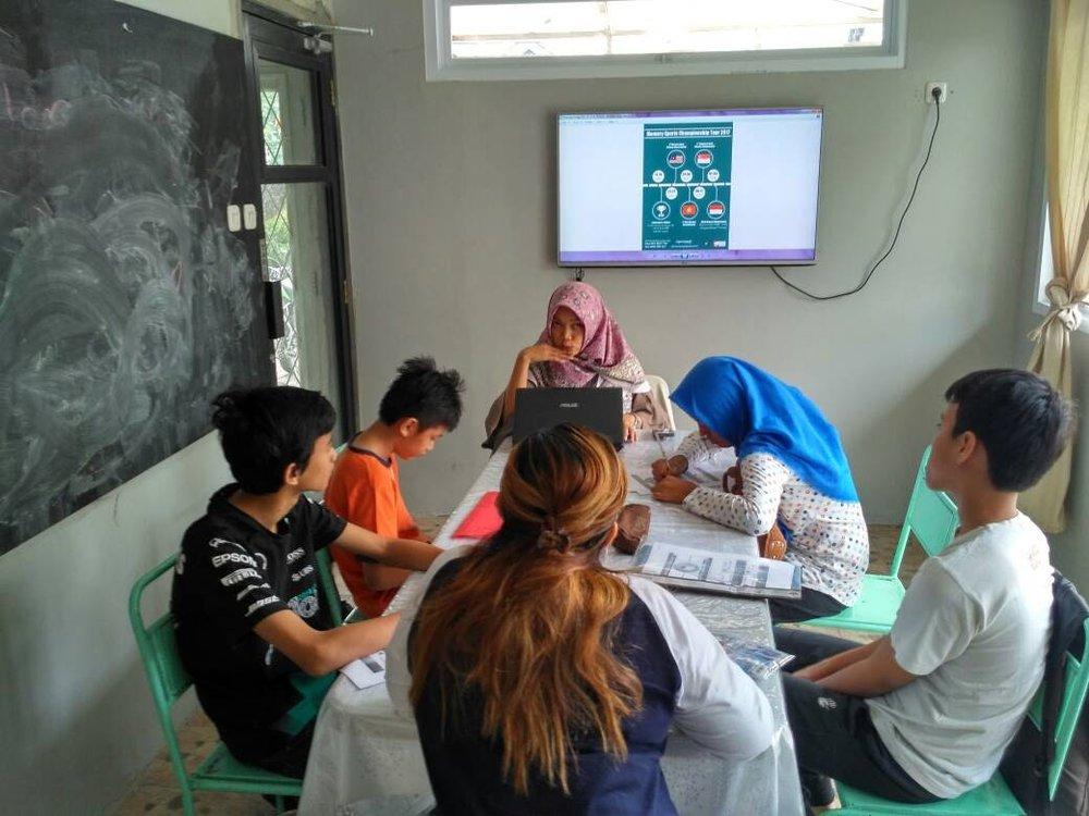 Untuk Informasi penyewaan ruang/kerjasama penggunaan Studio Cerita silakan kontak Jali : 0811 903 734 atau email ke : info@serbarupa.com