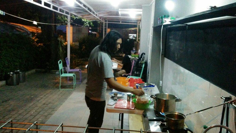 Chef Eca sedang masak