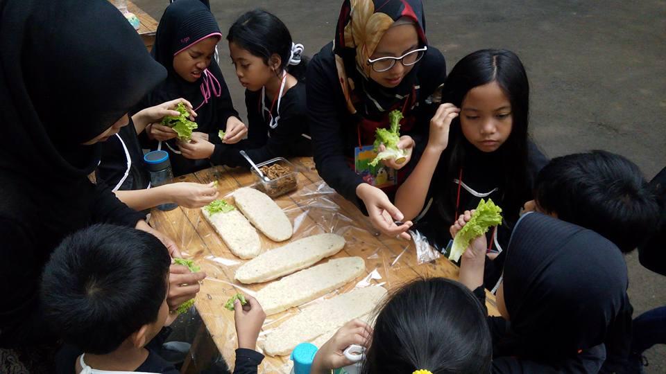 Suasana seru klba masak anak di Bandung