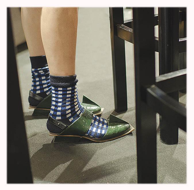 chaussettes à carreaux et sandales