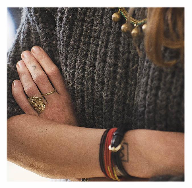 bijoux et pull en laine