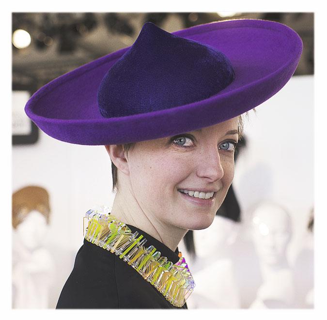 chapeau violet pointu