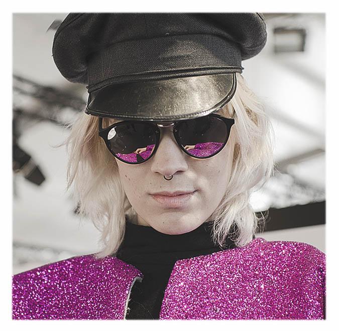 veste à paillettes violettes