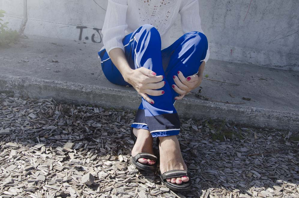 pantalon bleu klein et sandales femme