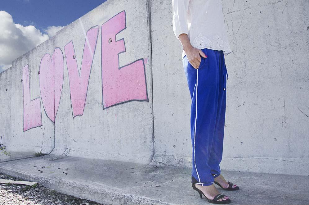 pantalon bleu klein et sandales à talon