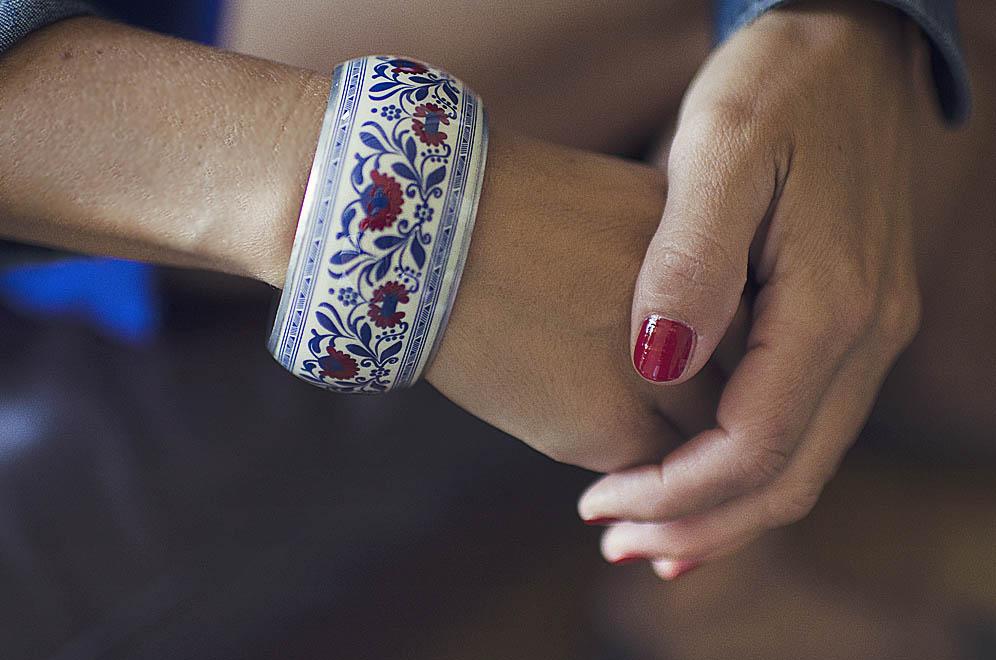 bracelet fleurs bleu et rouge