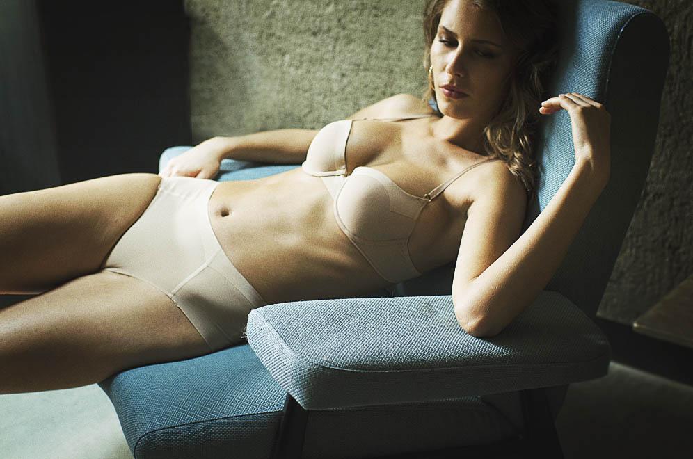 pose assise mannequin sous vêtements beiges