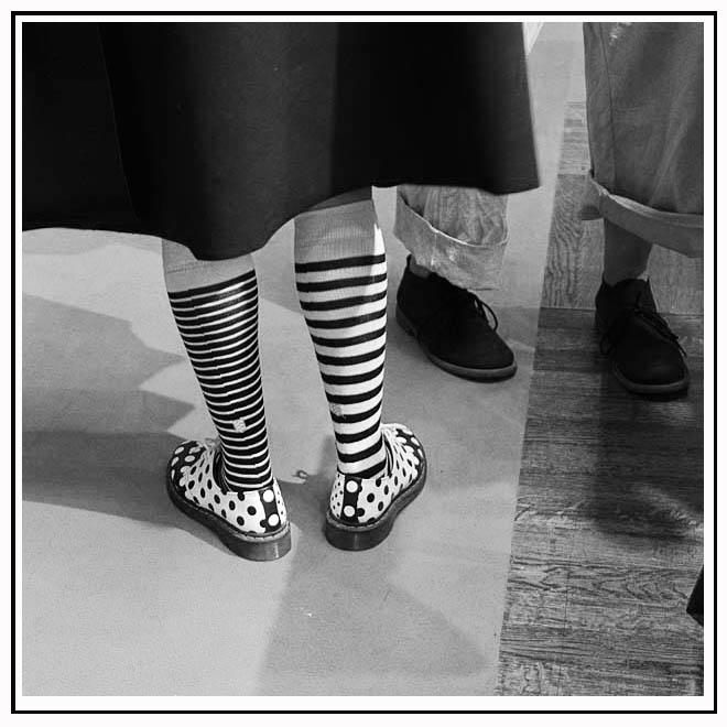 Chaussettes rayées et chaussures à pois
