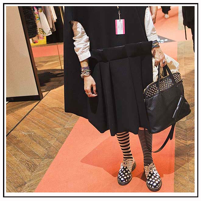 Robe noire et chaussettes rayées