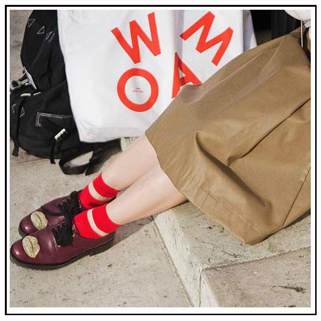 Derbies bordeaux et chaussettes rouges