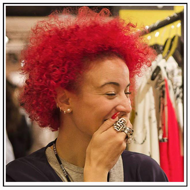 Femme cheveux rouge et bijoux
