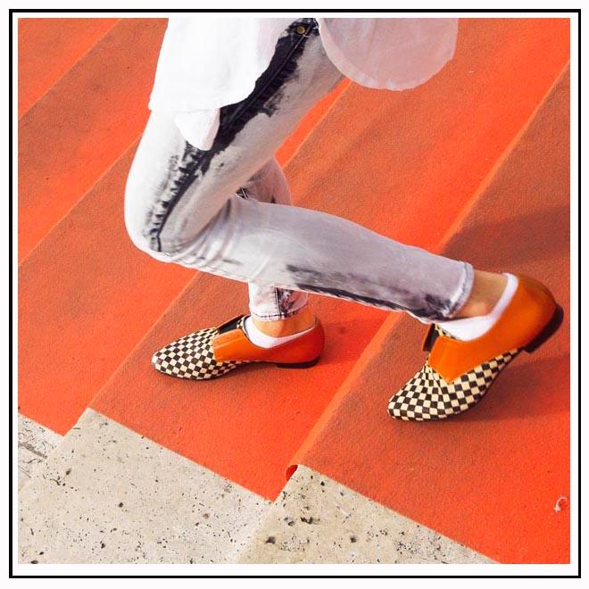 Chaussures de couleurs et jeans délavé